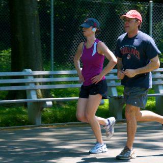 мужчина и женщина бегут, бег для женщин, разниза между мужчинами и женщинами в беге