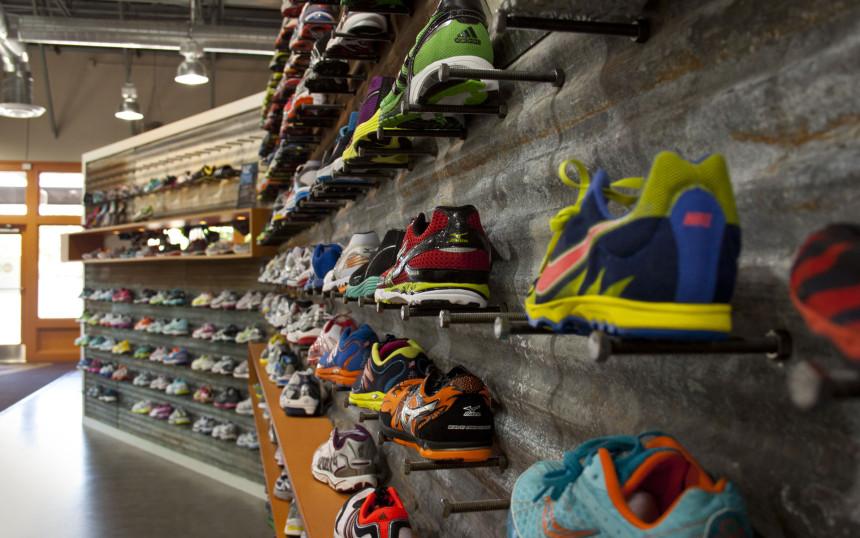 кроссовки бег, магазин, выставочный стенд, много кроссовок бег