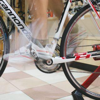 Велотренажер: полезные упражнения для достойной подготовки к сезону