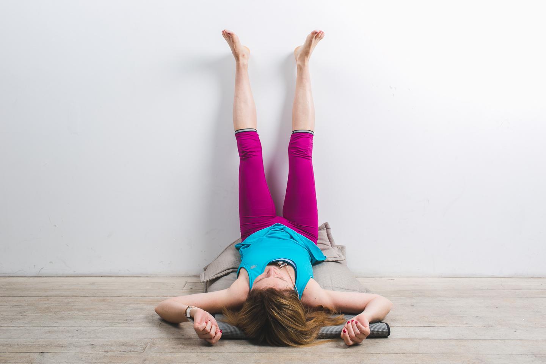 Растягиваем икроножные мышцы и ахилловы сухожилия Важно: стопу задней ноги не разворачивайте в сторону и не отрывайте пятку. Зафиксируйте эту позу на 5-7 дыханий. Выполните ее на другую ногу