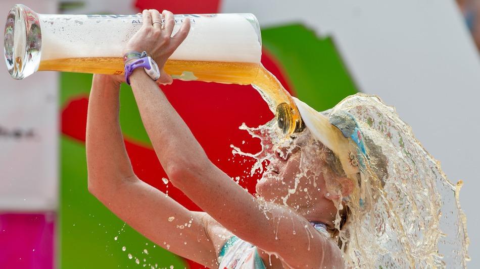 Австралийская триатлет Миринда Карфрае празднует победу в Datev Challenge Roth (Германия)