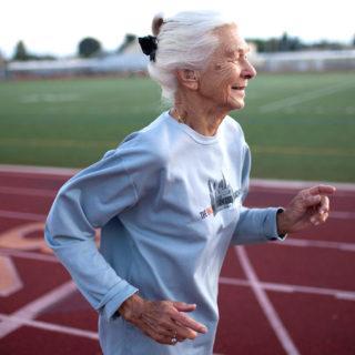 Подаруй мамі кросівки: чому літнім людям варто займатись бігом - 1