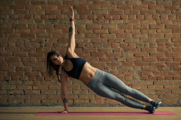 упражнения для бегунов: боковая планка