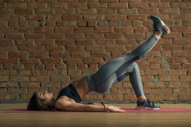 упражнения для бегунов: ягодичный мостик