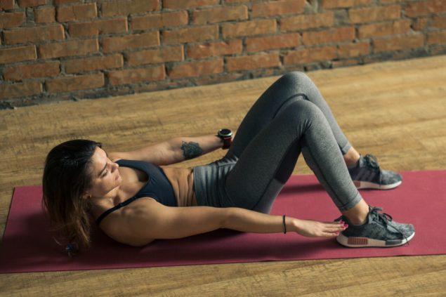 упражнения для бегунов: касания пяток