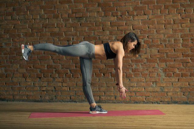 упражнения для бегунов: наклоны на одной ноге