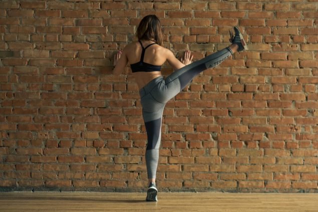 упражнения для бегунов: махи ногами