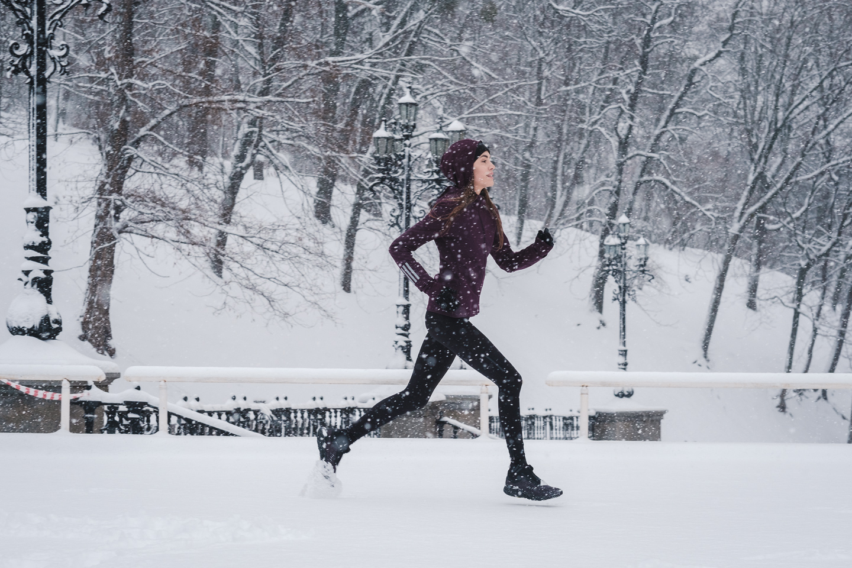 Женщина бежит по снегу в картинках