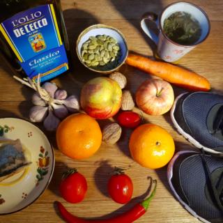 їжа, фрукти, овочі і насіння лежать на столі біля кросівок
